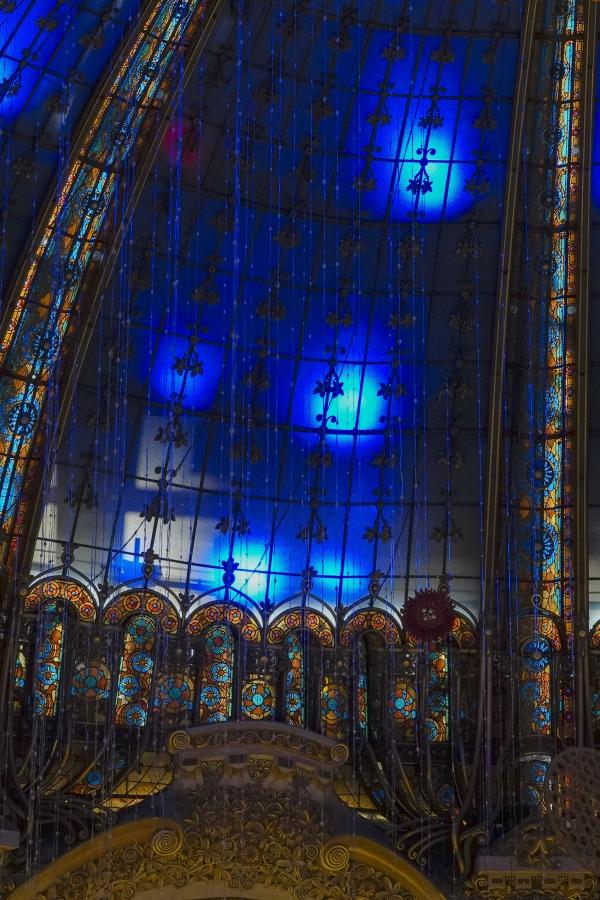 푸른 색 성탄 빛이 또 다른 묵직한 느낌을 준다 (프랑스 파리). 사진_조현주