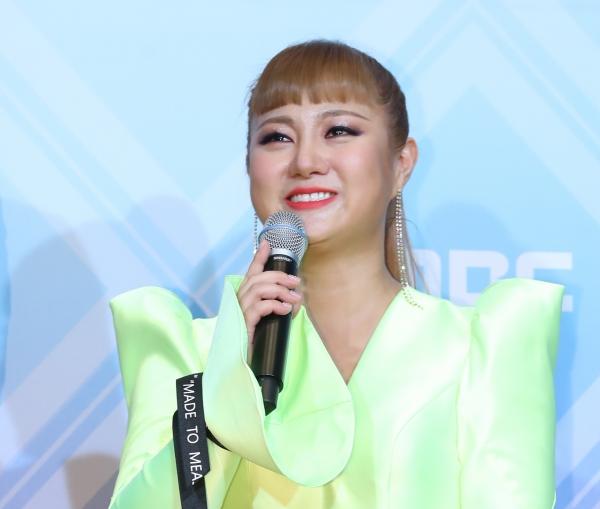 2019 MBC 방송연예대상 시상식이 열린 29일 오후 서울 상암동 MBC미디어센터에서 '나혼자산다' 개그우먼 박나래가 레드카펫으로 들어서며 인사하고 있다. ⓒ뉴시스·여성신문