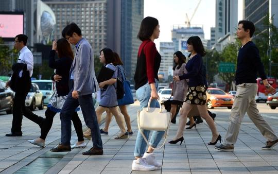 서울 종로구 세종로 사거리에서 직장인들이 출근길을 서두르고 있다. ⓒ뉴시스ㆍ여성신문
