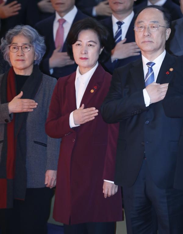 추미애 법무부 장관(왼쪽에서 두 번째)이 2일 오전 서울 세종로 정부서울청사 별관에서 열린 2020년 정부 시무식에서 국민의례를 하고 있다. ⓒ뉴시스·여성신문