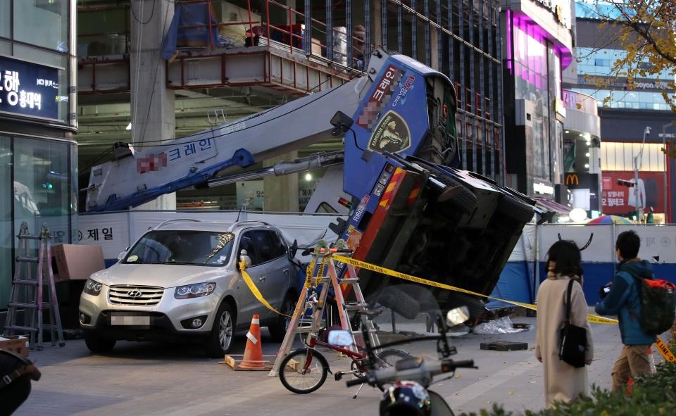 서울 마포구 홍대입구역 인근 공사장에서 작업중인 크레인이 쓰러져 있다. ⓒ뉴시스.여성신문