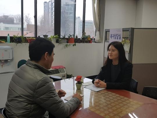 광진구 법률홈닥터 변호사에게 법률 상담을 받고 있는 모습 ⓒ광진구