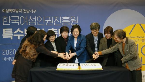 여성가족부 이정옥 장관이 7일 바이엥Ⅱ에서 열린 '한국여성인권진흥원 특수법인 출범식'에 참석하여 참석자들과 기념 케이크를 커팅하고 있다. ⓒ여성가족부
