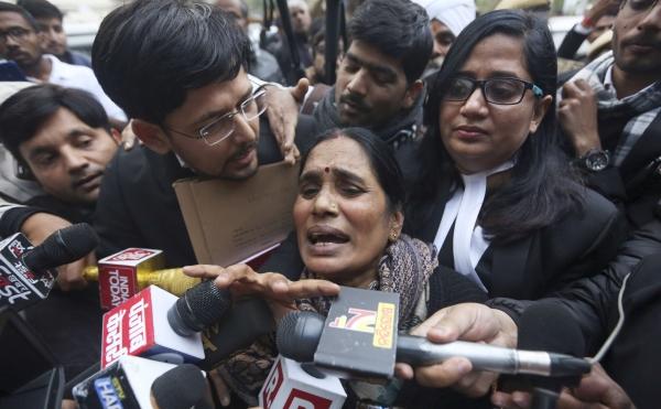 2012년 인도 뉴델리 버스 강간살인 희생자의 어머니가 7일 법원 앞에서 범인 4명에 대한 교수형 결정이 내려진 데 대해 언론에 소감을 밝히고 있다. ⓒ뉴시스·여성신문