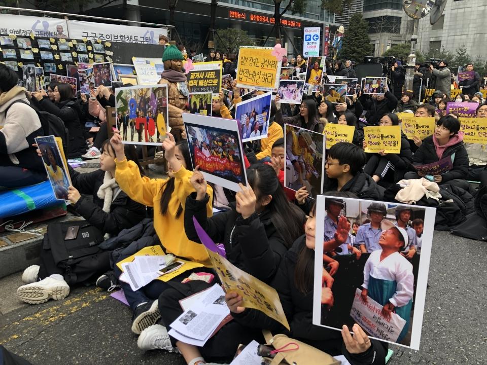 8일 서울 종로구 옛 일본대사관 앞에서 열린 1421차 수요시위에 400여명의 사람들이 모여 일본군 '위안부' 문제 해결을 촉구했다. ⓒ김서현 기자