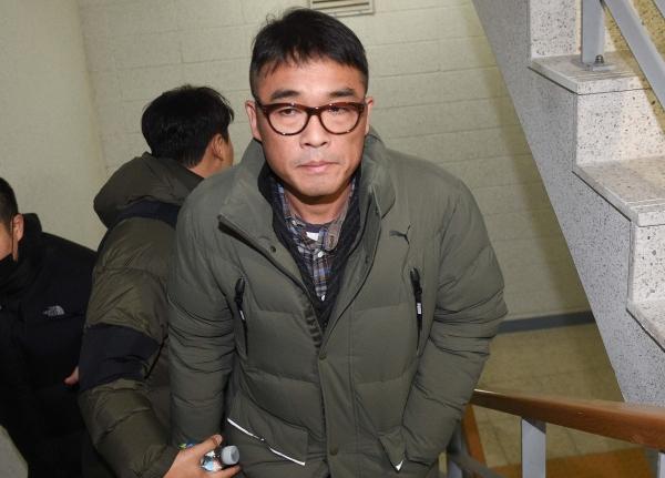 가수 김건모씨가 성폭행 혐의 조사를 받기 위해 15일 오전 서울 강남경찰서에 출석했다. ©뉴시스·여성신문
