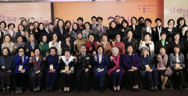 여성가족부 이정옥 장관이 15일 세종문화회관(서울 종로구)에서 열린 '2020 여성계 신년인사회'에 참석해 참석자들과 기념사진을 촬영하고 있다. ⓒ여성가족부