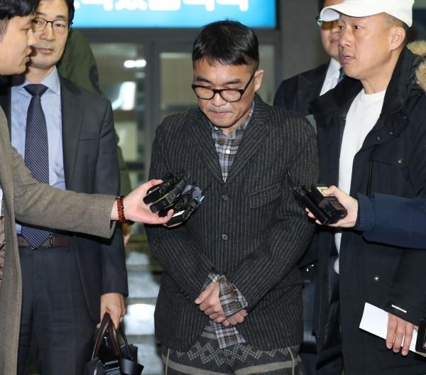 가수 김건모가 15일 오후 서울 강남경찰서에서 성폭행 혐의 조사를 받고 나와 취재진 앞에 서고 있다. ⓒ뉴시스·여성신문