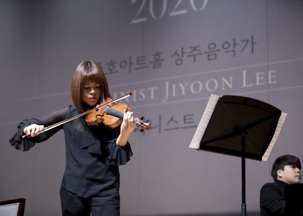 바이올리니스트 이지윤이 14일 서울 금호아트홀 연세에서 열린 기자회견에서 앞서 연주를 하고 있다. ⓒ금호아시아나문화재단