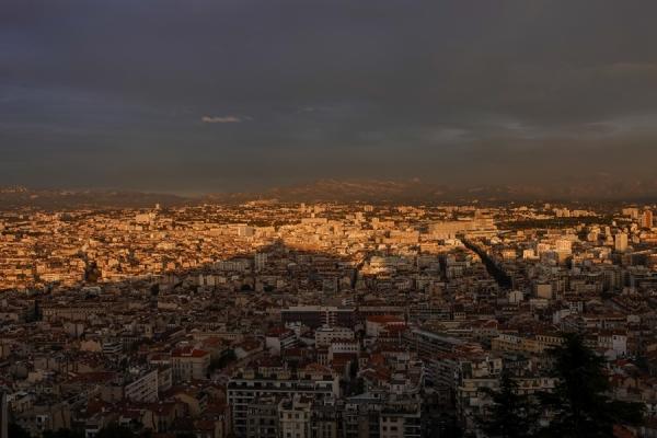 육지 쪽 빌딩들이 밀집한 지역에 빛이 내려 밝음과 어두움이 뚜렷이 교차한다. 사진_조현주