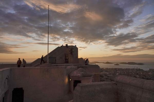 요새가 있었던 언덕 방향에서 바다를 한눈에 조망할 수 있다.  사진_조현주
