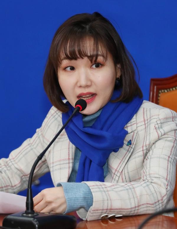 더불어민주당 인재영입 6호 IT스타트업 홍정민 대표가 1월 9일 서울 여의도 국회에서 열린 영입행사에 참석해 취재진의 질문에 답하고 있다. ⓒ여성신문·뉴시스