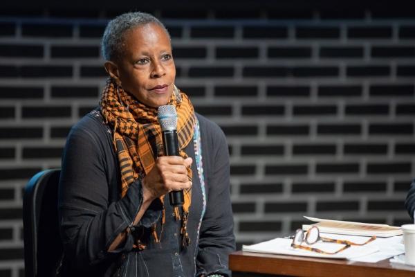 아쿠 카도고 스펠맨 대학 연극공연학부 학과장이 15일 문화예술공간인 신촌문화발전소에서 연극 '무지개가 떴을 때 / 자살을 생각한 흑인 소녀들을 위하여'를 중심으로 흑인여성서사의 대안적 흐름'이라는 주제로 세미나를 하고 있다. ⓒ신촌문화발전소