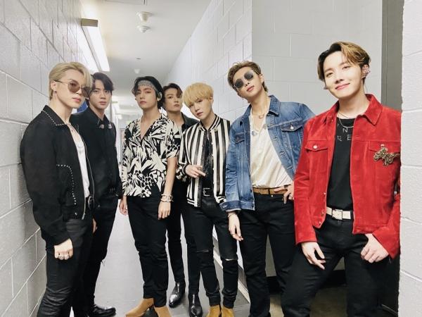 방탄소년단(BTS)은 1월 26일(현지시각) 미국 로스앤젤레스 스테이플스센터에서 열린 제62회 그래미 시상식에서 '올드 타운 로드 올스타스' 무대에 섰다. 방탄소년단은 한국 가수 최초로 그래미 시상식 무대에서 공연한 가수로 이름을 올리게 됐다. ©방탄소년단(트위터 @bts_bighit)