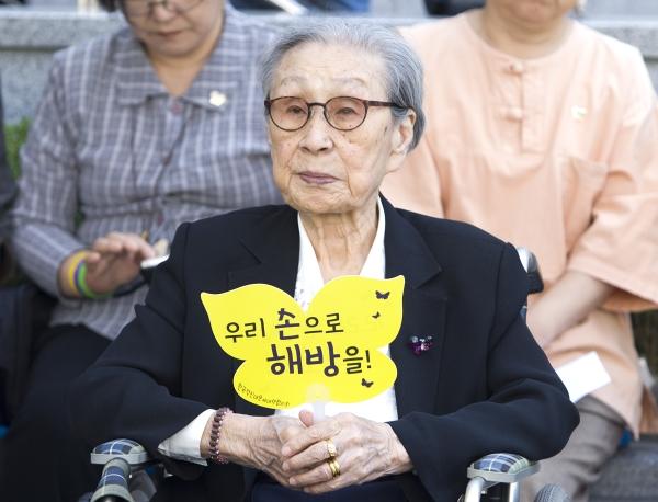 2017년 '1300차 일본군성노예제 문제해결을 위한 정기 수요시위'에 참석한 김복동 할머니. ⓒ여성신문 사진기자