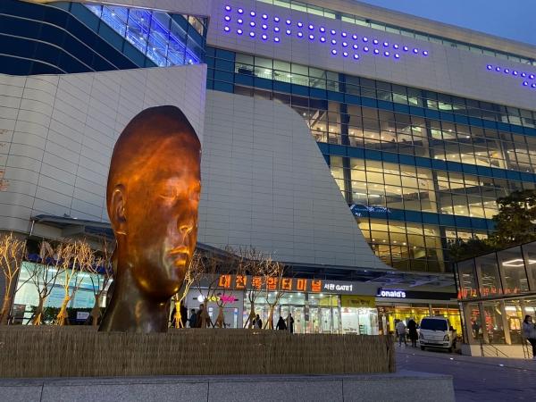 대전복합터미널 앞에 설치된 하우메 플렌자 작가의 작품 '산나' ⓒ대전복합터미널