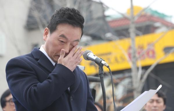 정봉주 전 의원이 지난 3월18일 서울시장 출마를 선언하면서 눈물흘리는 모습 ⓒ뉴시스·여성신문