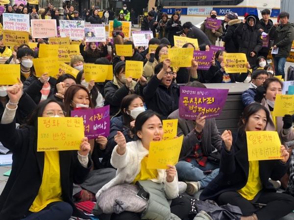 1월 29일 신종 코로나바이러스가 기승을 부리는 날에도 일본군성노예제 문제해결을 위해 시민들이 마스크를 쓰고 구호를 외쳤다. ⓒ여성신문 진혜민 기자