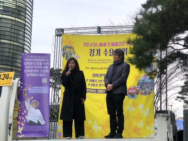 1월 29일집회에는 김복동 할머니 1주기를 맞아 전쟁과 여성인권박물관에 김복동 할머니의 초상화를 기증한 홍일화 작가가 참석했해 발언했다. (오른쪽) ⓒ여성신문 진혜민 기자