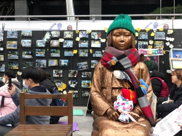 1월 29일 주한 일본대사관 앞 평화로에는 여러 단체와 시민들 약 300명이 모여 일본군성노예제 문제해결을 위한 제1424차 정기 수요시위를 열었다. ⓒ여성신문 진혜민 기자