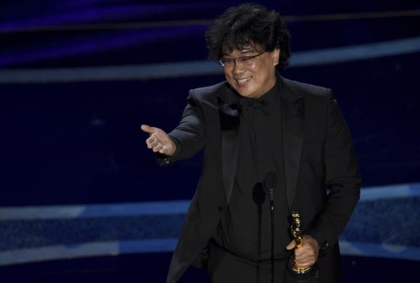 [로스앤젤레스=AP/뉴시스]봉준호 감독이 9일(현지시간) 미 캘리포니아주 로스앤젤레스의 돌비 극장에서 열리고 있는 제92회 아카데미 시상식에서 영화 '기생충'으로 감독상을 받고 객석의 마틴 스콜세지 감독을 가리키며 기뻐하고 있다.