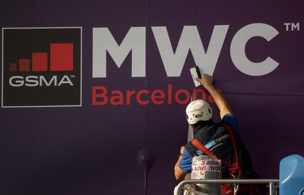 11일(현지시간) 모바일 월드 콩그레스(MWC)가 열릴 예정인 스페인 바르셀로나에서 한 노동자가 MWC 포스터를 수정하고 있다. 이날 페이스북과 인텔도 신종 코로나바이러스 감염증(우한 폐렴)을 우려해 MWC에 참여하지 않겠다고 밝혔다. ⓒ뉴시스·여성신문