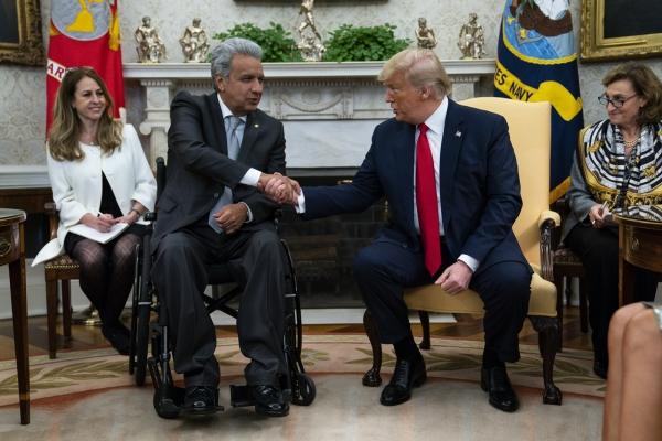 도널드 트럼프 미국 대통령이 2월 12일(현지시간) 백악관 집무실에서 레닌 모레노 에콰도르 대통령과 회담하며 악수하고 있다. [워싱턴=AP/뉴시스]