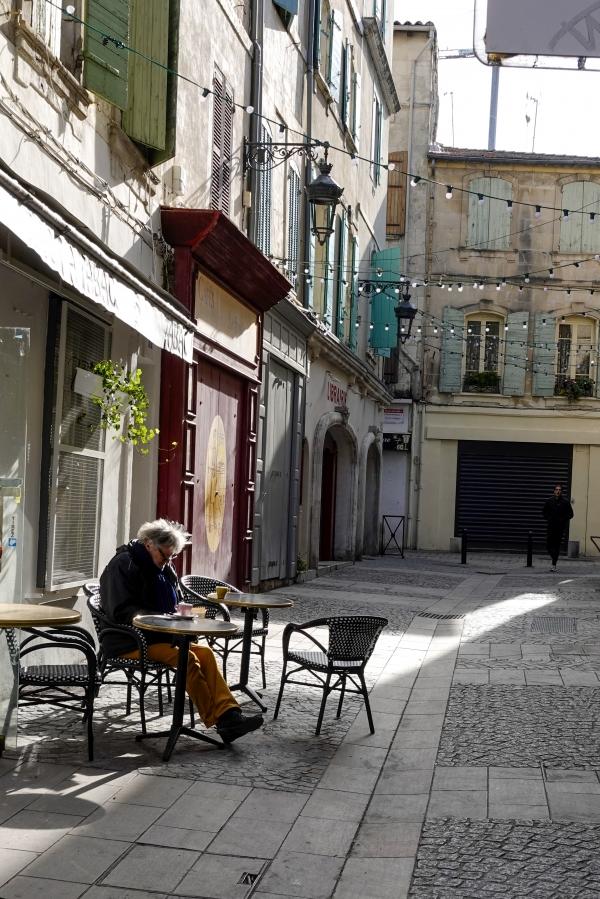 카페에 홀로 외롭게 앉아 있는 초로의 남자에 한줄기 빛이 친구해주는 듯하다. 사진_조현주