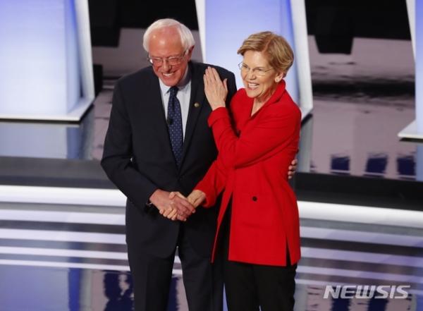 민주당 유력 대선 주자인 엘리자베스 워런 미 상원의원(오른쪽)과 버니 샌더스 상원의원이 지난해 7월30일 미시간 디트로이트에서 대선토론 이후 어깨동무를 하고 있다. ©디트로이트=AP/뉴시스