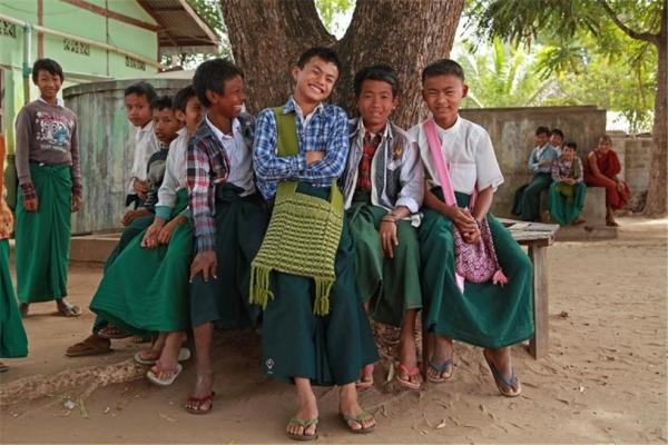 미얀마 중부의 세테인 마을 학생들. 녹색 롱지가 교복이다. ©조용경