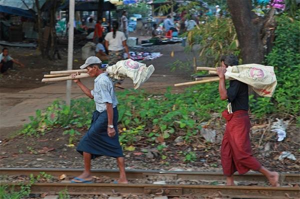 롱지를 입고 양곤 시내의 공사장으로 가는 인부들. ©조용경