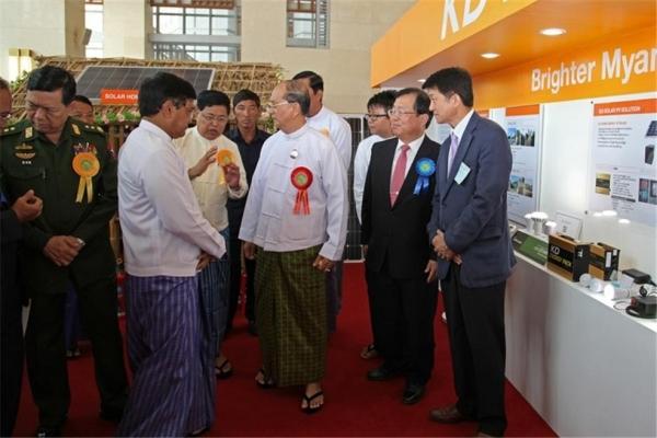 롱지를 입고 행사장에 나온 테인세인 전 미얀마 대통령과 고관들. ©조용경