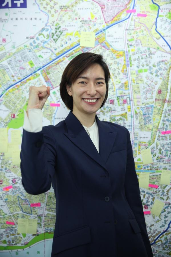 김빈 후보가 25일 대흥역 김빈 후보 선거사무실에서 여성신문 인터뷰 사진을 위한 포즈를 취하고 있다 . ⓒ홍수형 기자