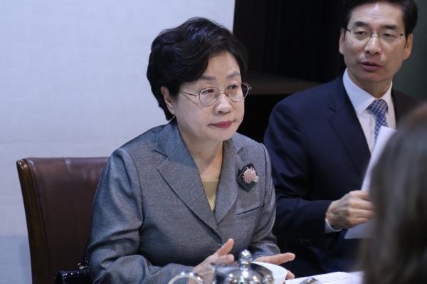 한국여성경제인협회는 12일 서울 여의도 중식당에서 출입기자 간담회를 개최하고 올해 성과를 발표, 2020년도 업무 계획을 공유했다. 정윤숙 회장이 올해 지원사업 성과 및 내년도 주요 사업에 대해 브리핑하고 있다. ⓒ한국여성경제인협회