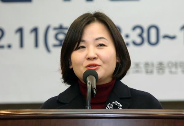 11일 서울 중구 한국프레스센터 기자회견장에서 '성평등 실현을 위한 노동운동 방향 모색 토론회'가 열려 전국의료산업노동조합연맹 이수진 위원장이 축사를 하고 있다. ⓒ이정실 여성신문 사진기자