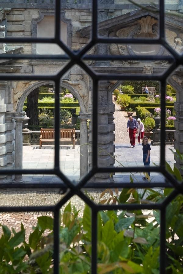 팔각형 유리창 사이로 바라본 정원에서 산책하는 사람들이 한가롭다. (벨기에 안트베르펜) 사진_조현주