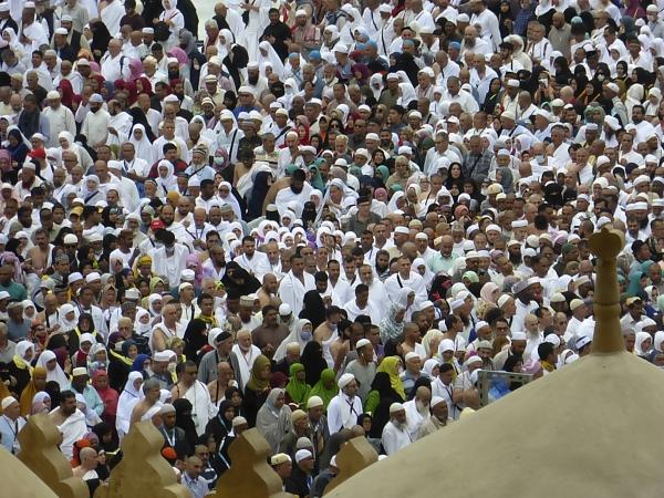 사우디아라비아 정부는 27일(현지시간) 신종 코로나바이러스 감염증(코로나19) 확산을 막기 위해 이슬람 최고 성지 메카에 대한 성지순례를 몇 개월 앞두고 외국인 입국을 잠정 중단한다고 밝혔다. 사진은 지난 24일 이슬람 순례자들이 메카에서 움라(비정기 성지순례)를 하면서 카바 신전 주변에 모인 모습. ⓒ뉴시스·여성신문