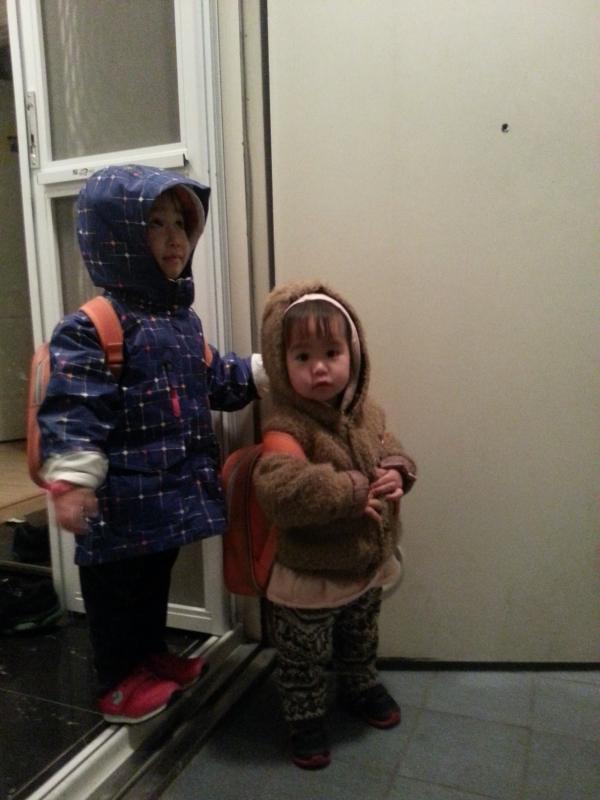 야근하는 엄마를 기다리느라 아이들은 별을 보며 어린이집에서 퇴원했다. ©송은아