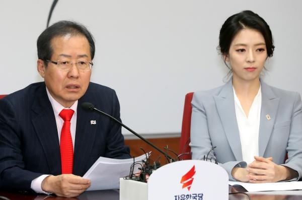 9일 오전 서울 여의도 자유한국당 당사에서 열린 자유한국당 영입인사 환영식에서 홍준표 대표가 인사말을 하고 있다. 오른쪽은 배현진 전 아나운서.