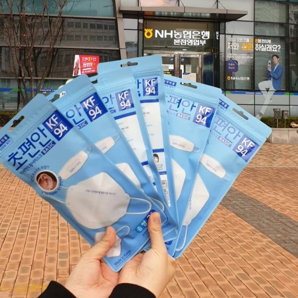 신종 코로나바이러스 감염증(코로나19) 확산 방지·예방을 위해 서울-경기지역 농협 하나로마트에서 공적 마스크 판매가 지난 1일 진행됐다.이날 하나로마트 서대문점에서는 오후 3시부터 1천명에게 공적 마스크를 판매했다. 공적 마스크는 한 사람당 최대 2봉(1봉 3입 6150원)까지 구매 가능했다.ⓒ여성신문 진혜민
