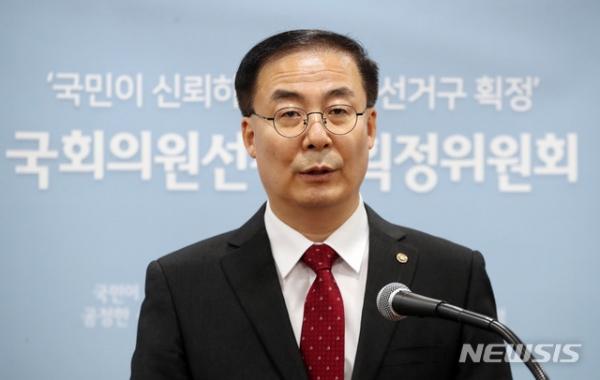 김세환 국회의원선거구획정위원회 위원장이 3일 21대 총선 선거구획정안 제출에 대한 입장을 발표하고 있다. ⓒ뉴시스·여성신문