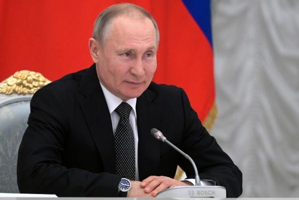 블라디미르 푸틴 러시아 대통령이 26일(현지시간)모스크바에서 자신이 의장을 맡고 있는 헌법 개정 관련 실무회의를 주재하고 있다. 실무회의는 이날 지난달 푸틴 대통령이 제안한 전면적인 헌법 개정에 대한 국민들의 찬반을 묻는 투표를 오는 4월22일 실시하기로 결정했다©[모스크바=AP/뉴시스]