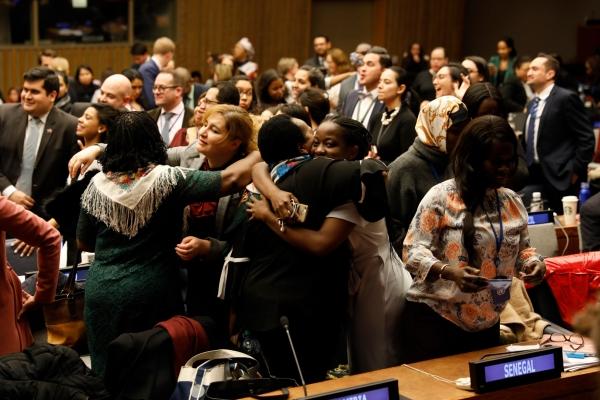 제63차 UN 여성지위위원회 회의 참가자들이 합의문을 채택하고 기뻐하는 모습. ©UN Women/Ryan