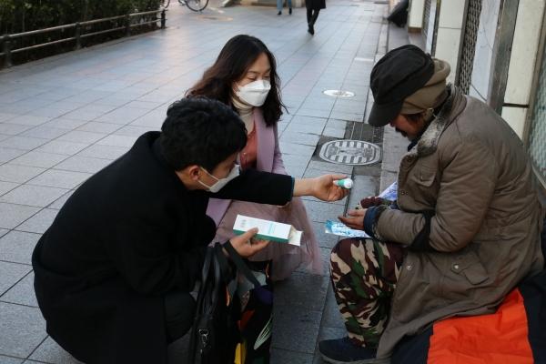 종로구는 쪽방 거주 주민과 거리 노숙인 등 취약계층에게 코로나19 예방수칙 안내문과 함께 휴대용 손세정제와 마스크를 제공한다. ⓒ종로구청