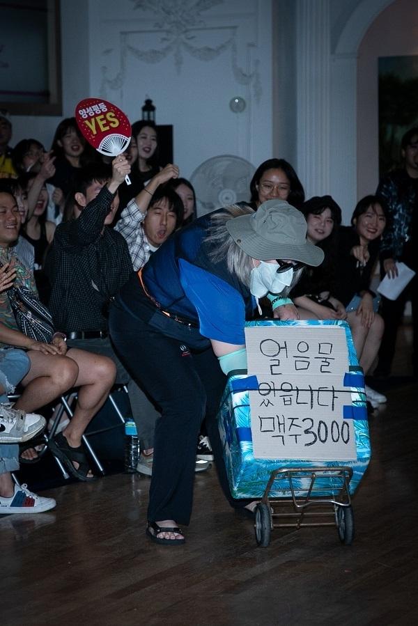 지난 8월 열린 허벌(Her Ball) 행사에서 가장 큰 호응을 얻은 일반(Realness) 부문 참가자 소다. 소다는 매년 여름에 열리는 서울 퀴어문화축제에 오는 물장수로 분장했다. ⓒ하우스오브허벌