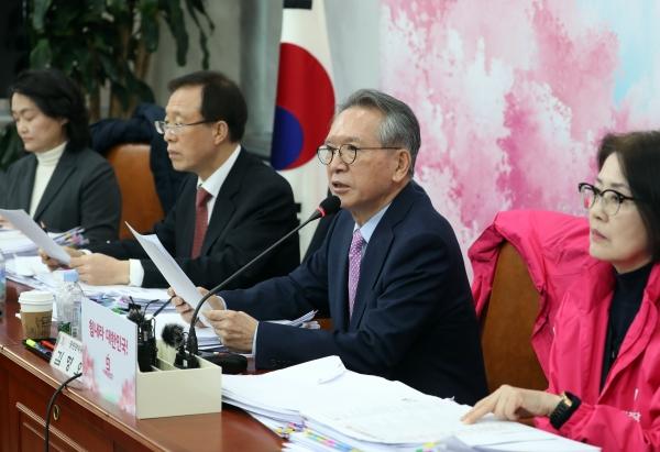 김형오 미래통합당 공천관리위원장이 6일 국회에서 대구경북 지역 공천심사 결과를 발표하고 있다. ⓒ뉴시스·여성신문