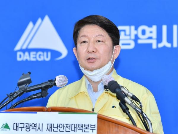 권영진 대구시장이 9일 코로나바이러스감염증-19 대응 관련 정례브리핑을 하고있다.