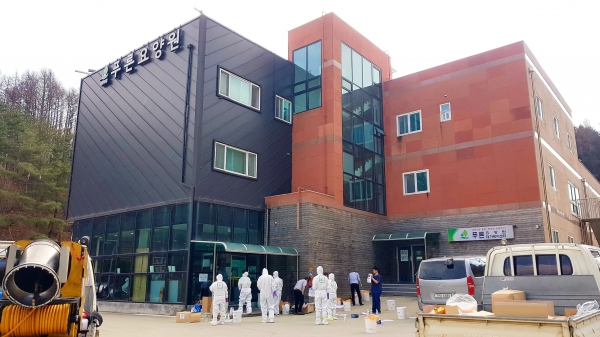 경북 봉화 푸른요양원 요양보호사가 8일 봉화보건소 선별진료소에 검체 검사한 결과 9일 확진됐다.