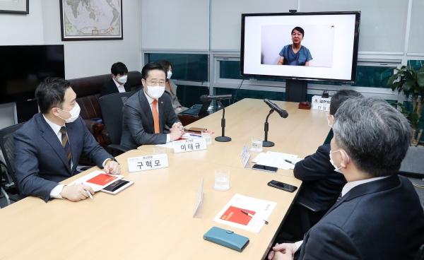 대구에서 코로나19 진료 자원봉사를 계속하고 있는 안철수 국민의당 대표가 9일 오전 서울 여의도 국회 의원회관에서 열린 최고위원회의에 화상으로 참여해 발언하고 있다.