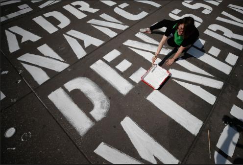 세계 여성의 날인 8일(현지시간) 멕시코 수도 멕시코시티의 소칼로 광장 바닥에서 한 여성이 3000명이 넘는 여성 폭력 희생자의 이름을 쓰는 시위에 동참하고 있다. 최근 멕시코에서 여성과 소녀들에 대한 살인이 증가하면서 성폭력에 대한 항의 시위가 거세지고 있다. ©[멕시코시티=AP/뉴시스]